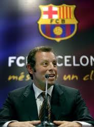 Sandro Rosell_in_front_of_Barcelona_logo