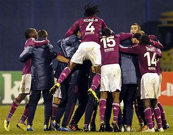 Lyon players_celebrate_Champions_League_win_over_Zagreb_December_7_2011