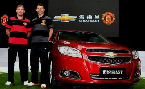Former Manchester_United_captain_Bryan_Robson_left_Ryan_Giggs_in_Shanghai_Chevrolet_Malibu_01-05-12